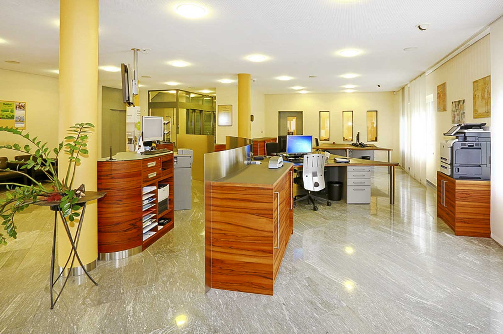 Wooddesign_öffentliche Bauten_Schalteranlage_Raiffeisen Giffers_Beraterbank_Möbel_Empfangskorpus (9)