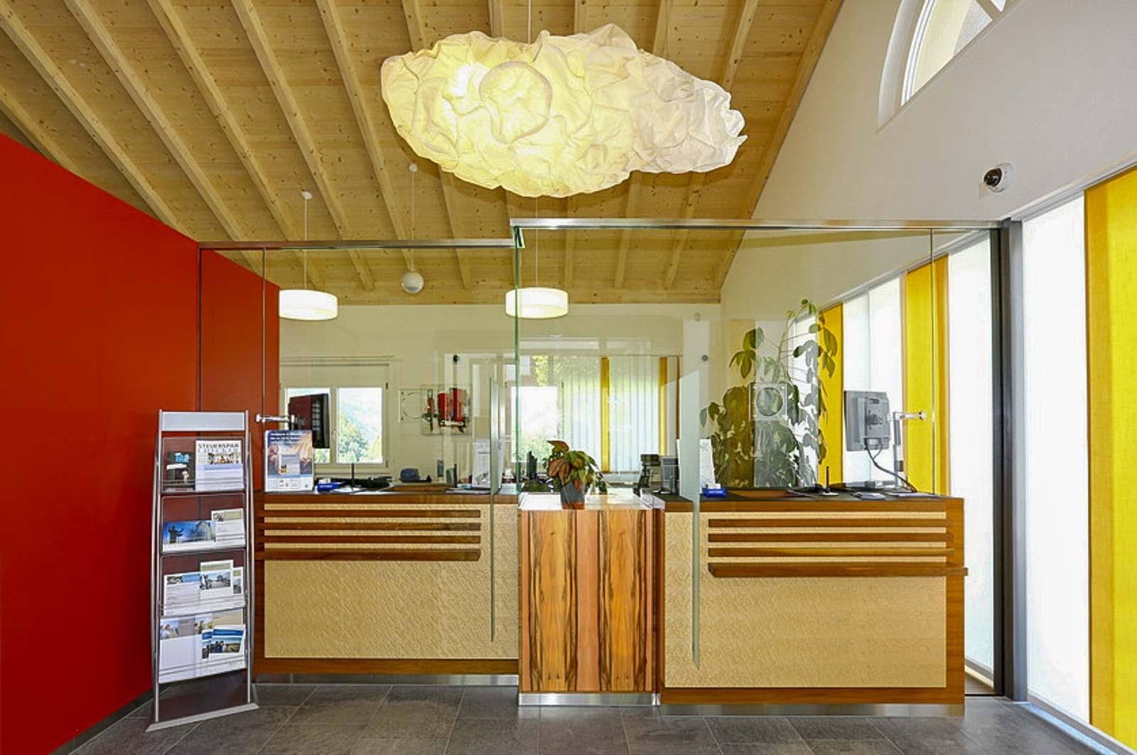 Wooddesign_öffentliche Bauten_Schalteranlage_Raiffeisen Jaun_Panzerglas (1)