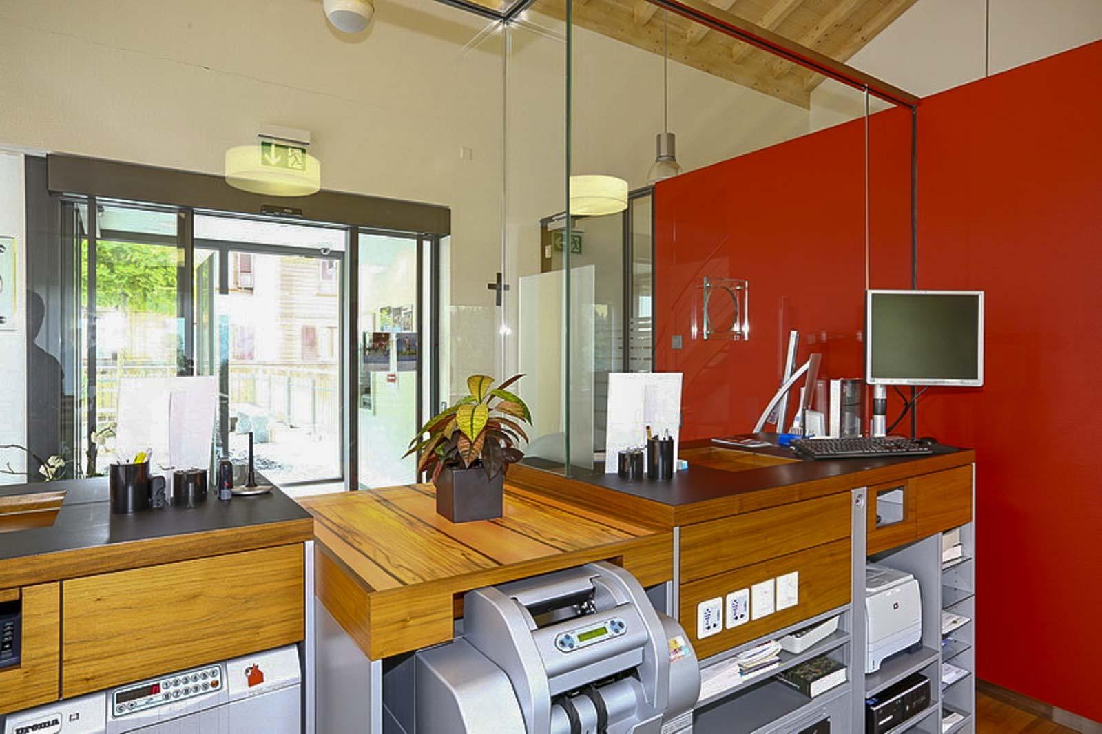 Wooddesign_öffentliche Bauten_Schalteranlage_Raiffeisen Jaun_Panzerglas (2)