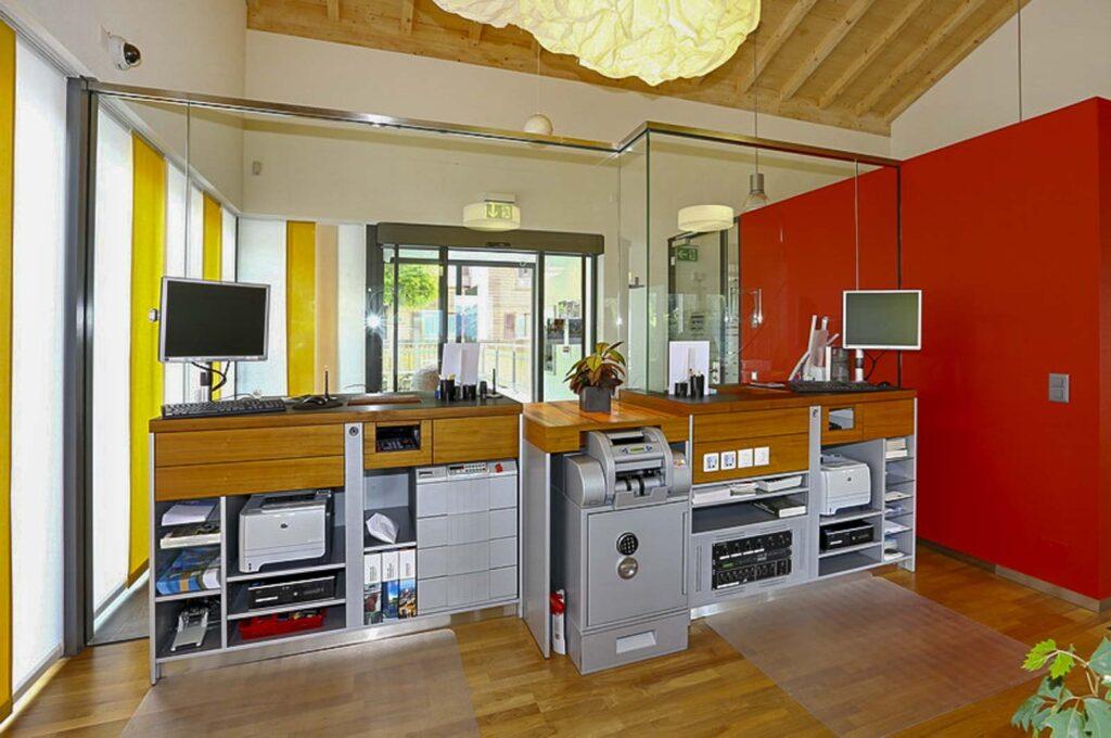 Wooddesign_öffentliche Bauten_Schalteranlage_Raiffeisen Jaun_Panzerglas (4)