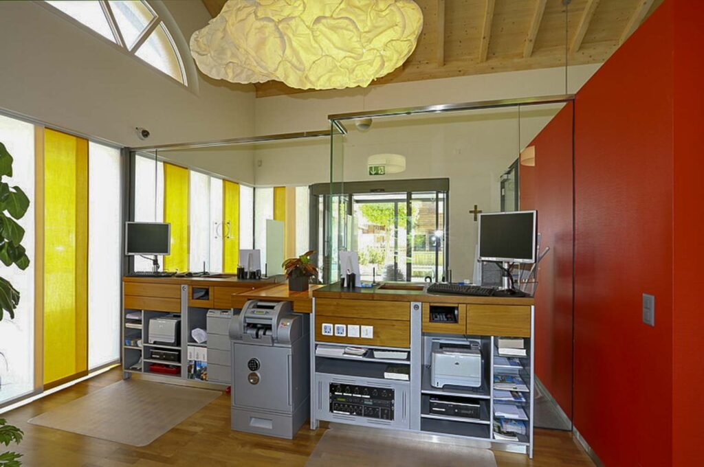 Wooddesign_öffentliche Bauten_Schalteranlage_Raiffeisen Jaun_Panzerglas (5)