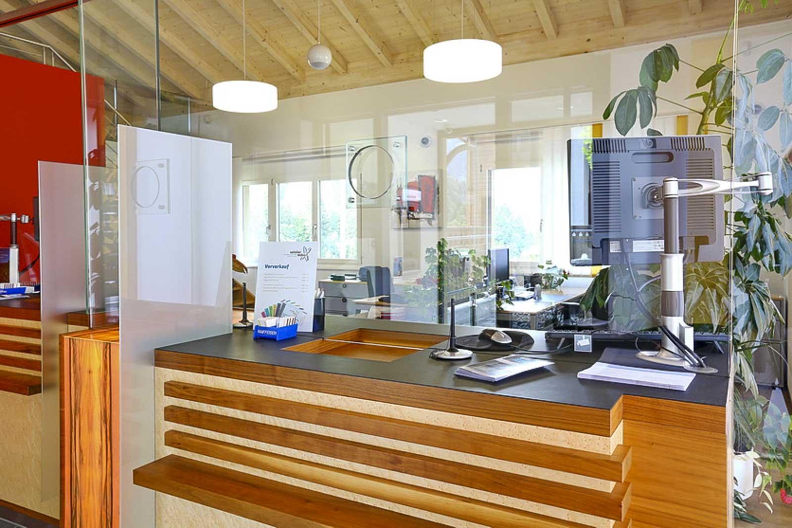 Wooddesign_öffentliche Bauten_Schalteranlage_Raiffeisen Jaun_Panzerglas (6)