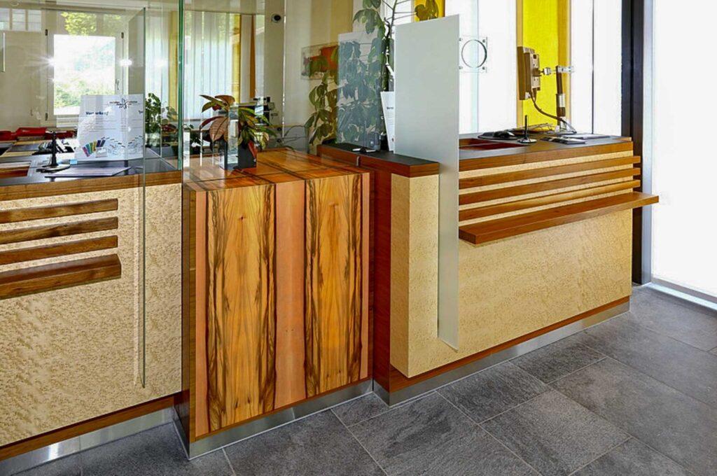 Wooddesign_öffentliche Bauten_Schalteranlage_Raiffeisen Jaun_Panzerglas (8)