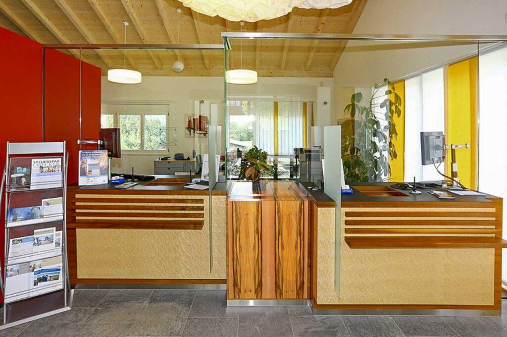 Wooddesign_öffentliche Bauten_Schalteranlage_Raiffeisen Jaun_Panzerglas (9)
