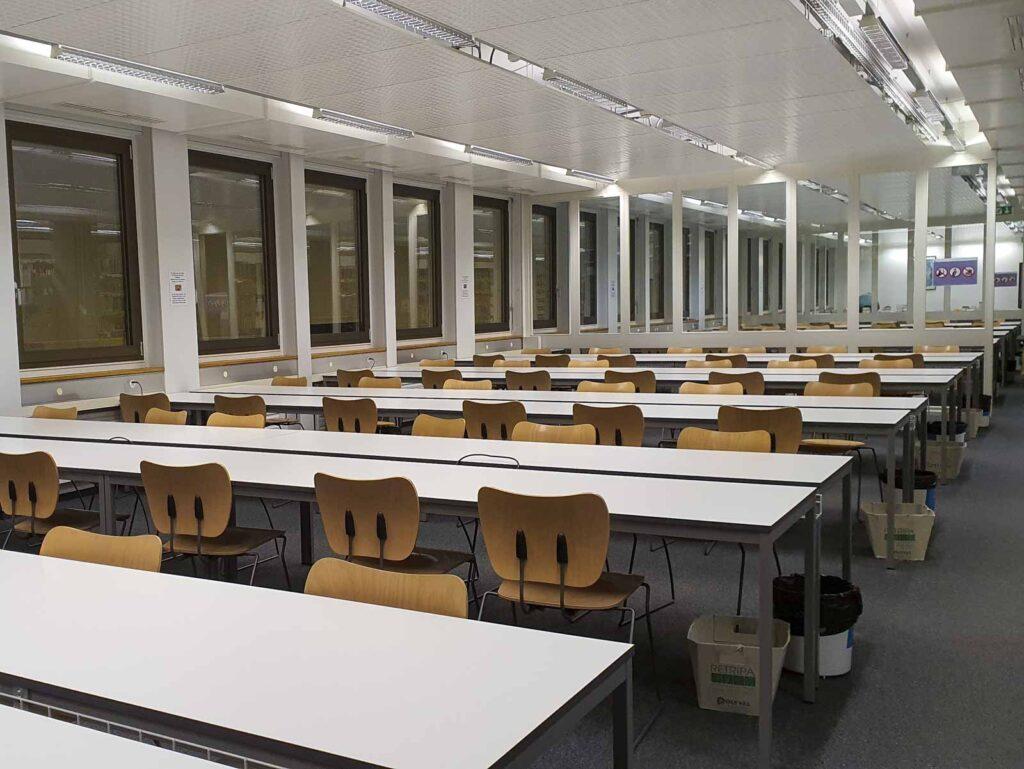 Wooddesign_öffentliche Bauten_Uni Freiburg_Möbel_Arbeitstische_Bibliothek_Pult_Tische.jpg (1)
