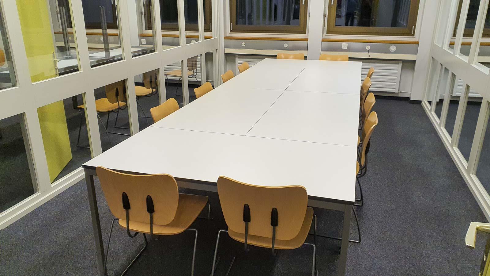 Wooddesign_öffentliche Bauten_Uni Freiburg_Möbel_Arbeitstische_Bibliothek_Pult_Tische.jpg (2)