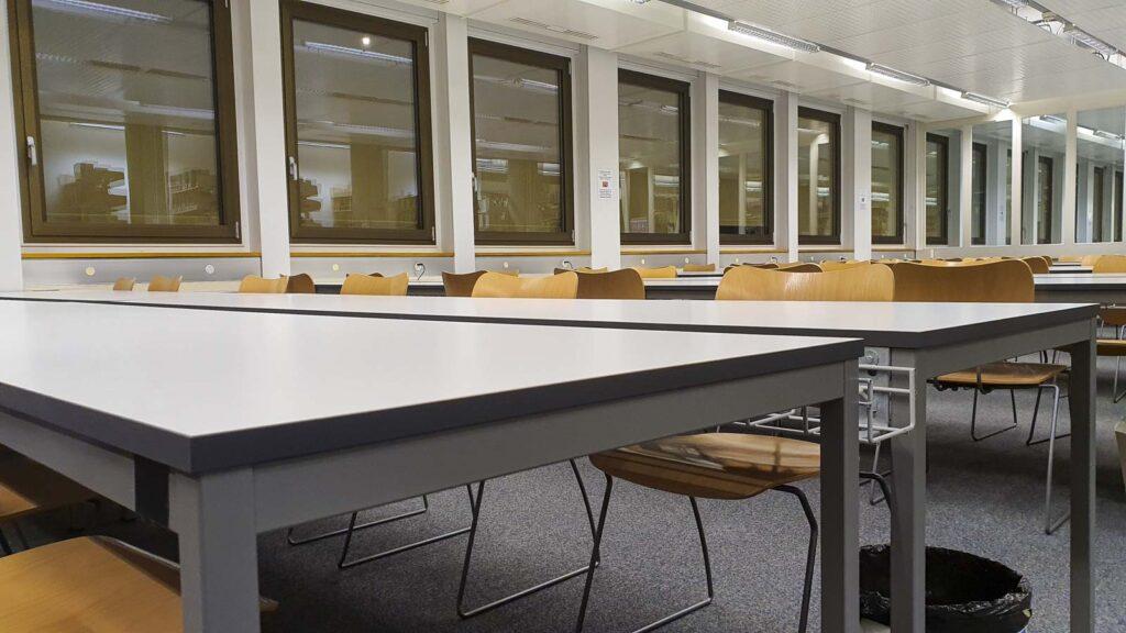 Wooddesign_öffentliche Bauten_Uni Freiburg_Möbel_Arbeitstische_Bibliothek_Pult_Tische.jpg (3)