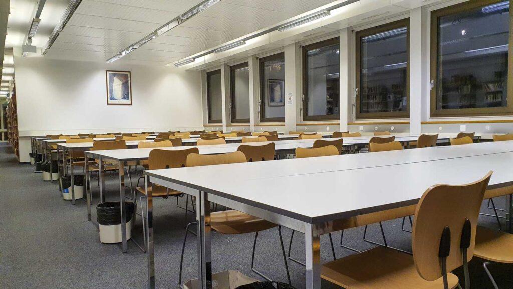 Wooddesign_öffentliche Bauten_Uni Freiburg_Möbel_Arbeitstische_Bibliothek_Pult_Tische.jpg (4)