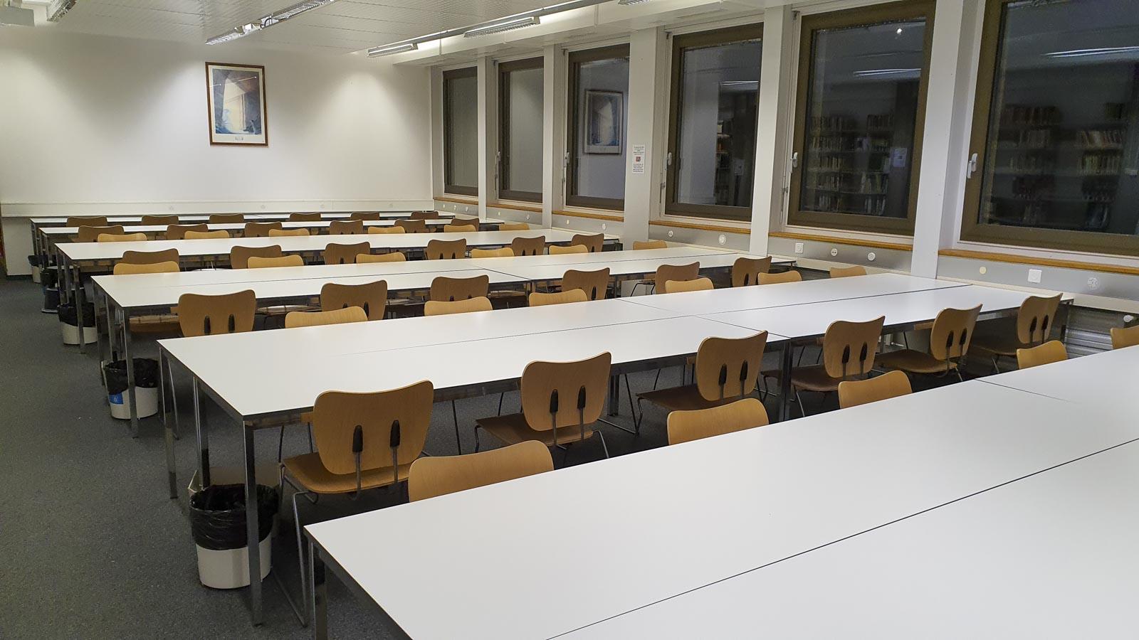 Wooddesign_öffentliche Bauten_Uni Freiburg_Möbel_Arbeitstische_Bibliothek_Pult_Tische.jpg (5)
