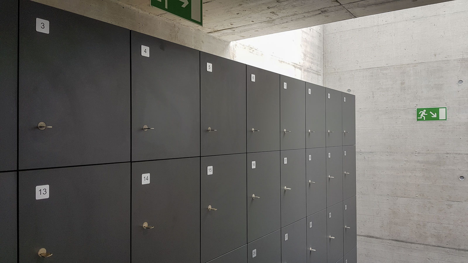 Wooddesign_öffentliche Bauten_Uni Freiburg_Möbel_Rollkorpus_Lehrerpult_Schliessfächer_Aula_Arbeitstische_Labor (12)