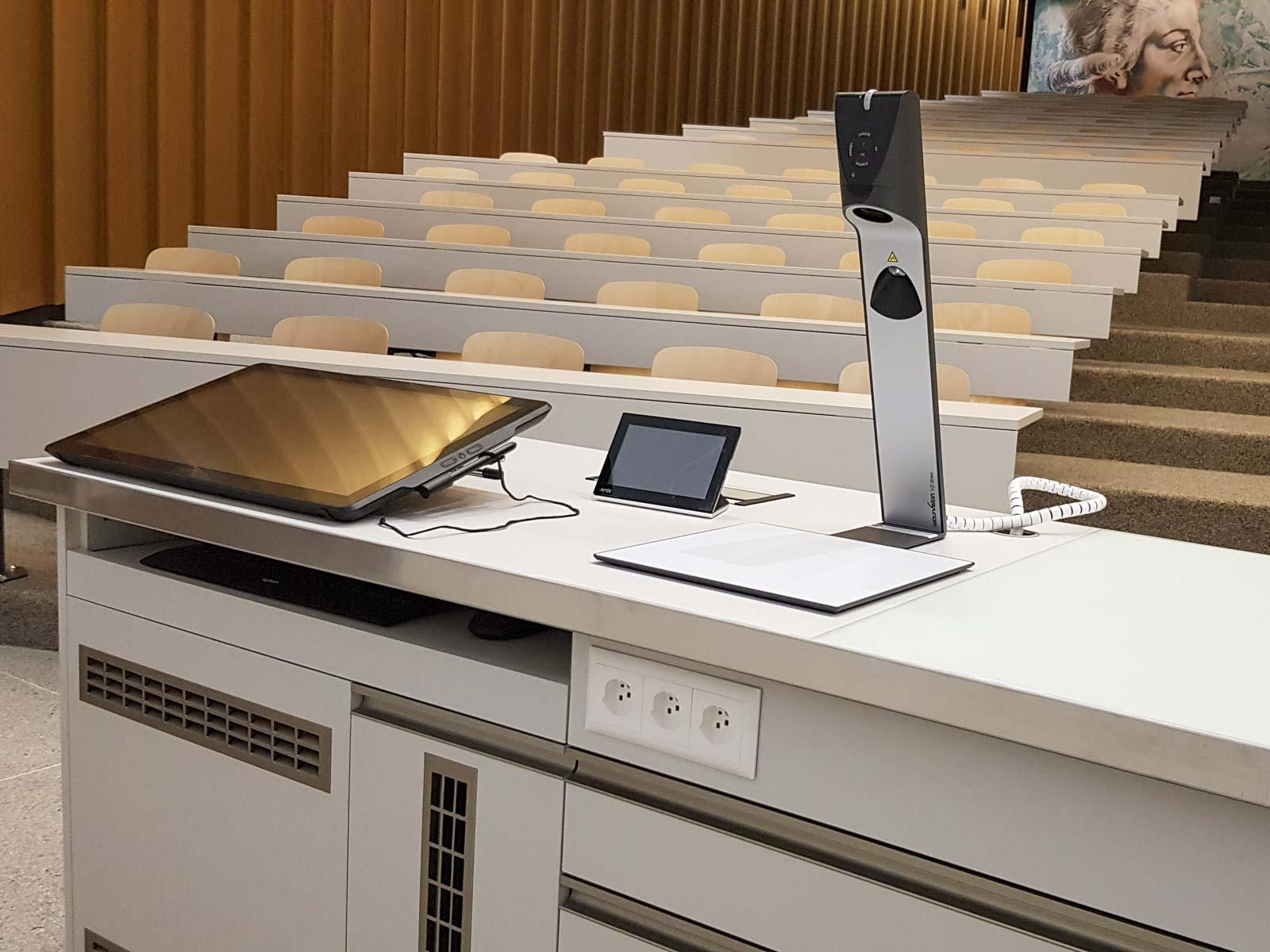 Wooddesign_öffentliche Bauten_Uni Freiburg_Möbel_Rollkorpus_Lehrerpult_Schliessfächer_Aula_Arbeitstische_Labor_Bedienungspult (1)