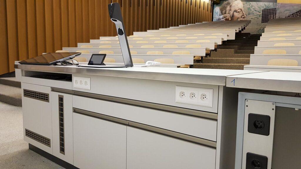 Wooddesign_öffentliche Bauten_Uni Freiburg_Möbel_Rollkorpus_Lehrerpult_Schliessfächer_Aula_Arbeitstische_Labor_Bedienungspult (4)
