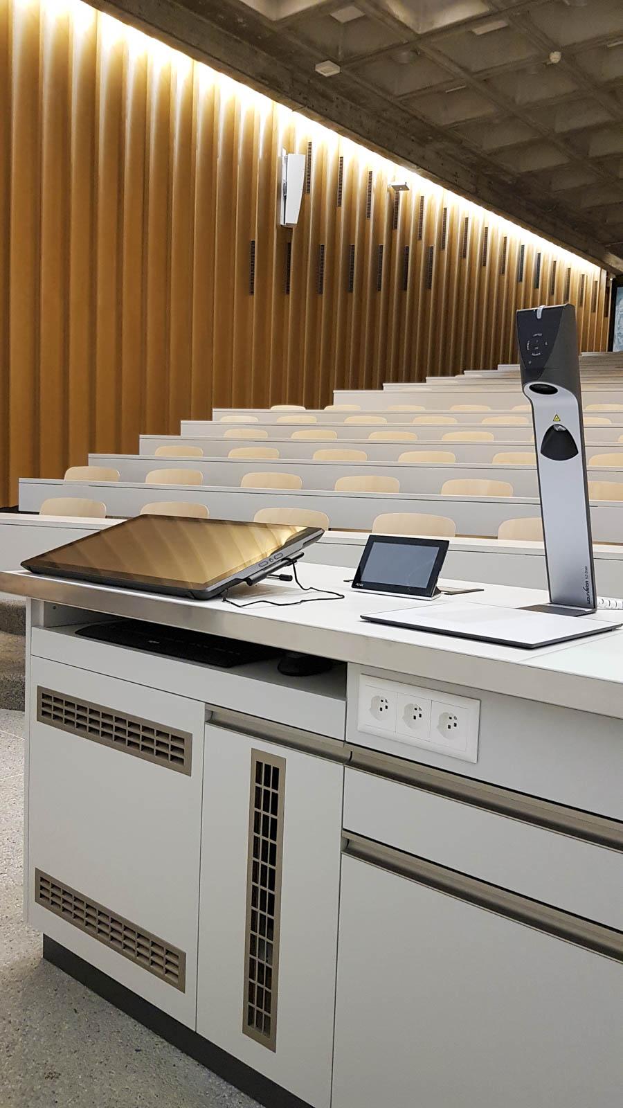 Wooddesign_öffentliche Bauten_Uni Freiburg_Möbel_Rollkorpus_Lehrerpult_Schliessfächer_Aula_Arbeitstische_Labor_Bedienungspult (5)