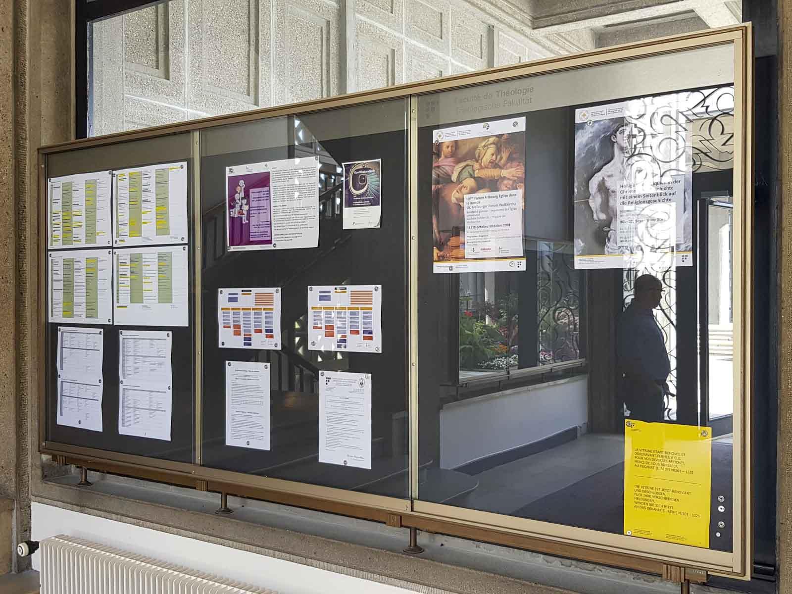 Wooddesign_öffentliche Bauten_Uni Freiburg_Möbel_Vitrine_Pinnwand (1)