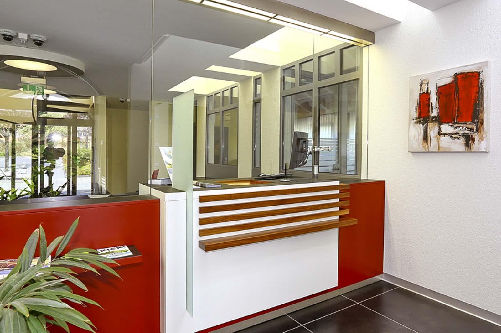 Wooddesign_öffentliche bauten_Schalteranlage_Raiffeisen Rechthalten_Panzerglas (3)