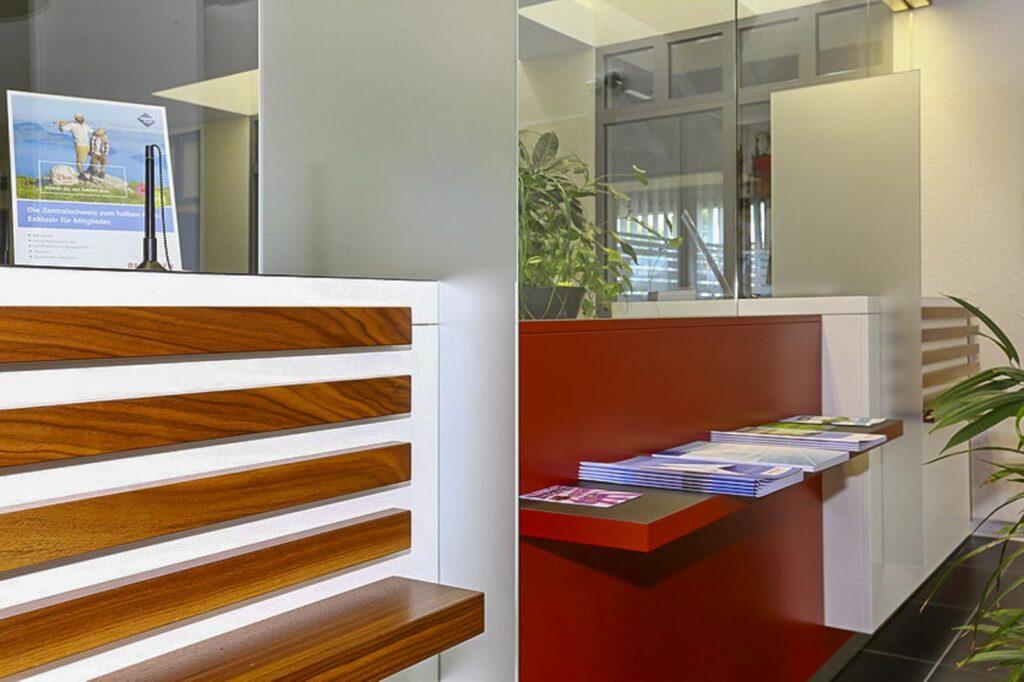 Wooddesign_öffentliche bauten_Schalteranlage_Raiffeisen Rechthalten_Panzerglas (6)