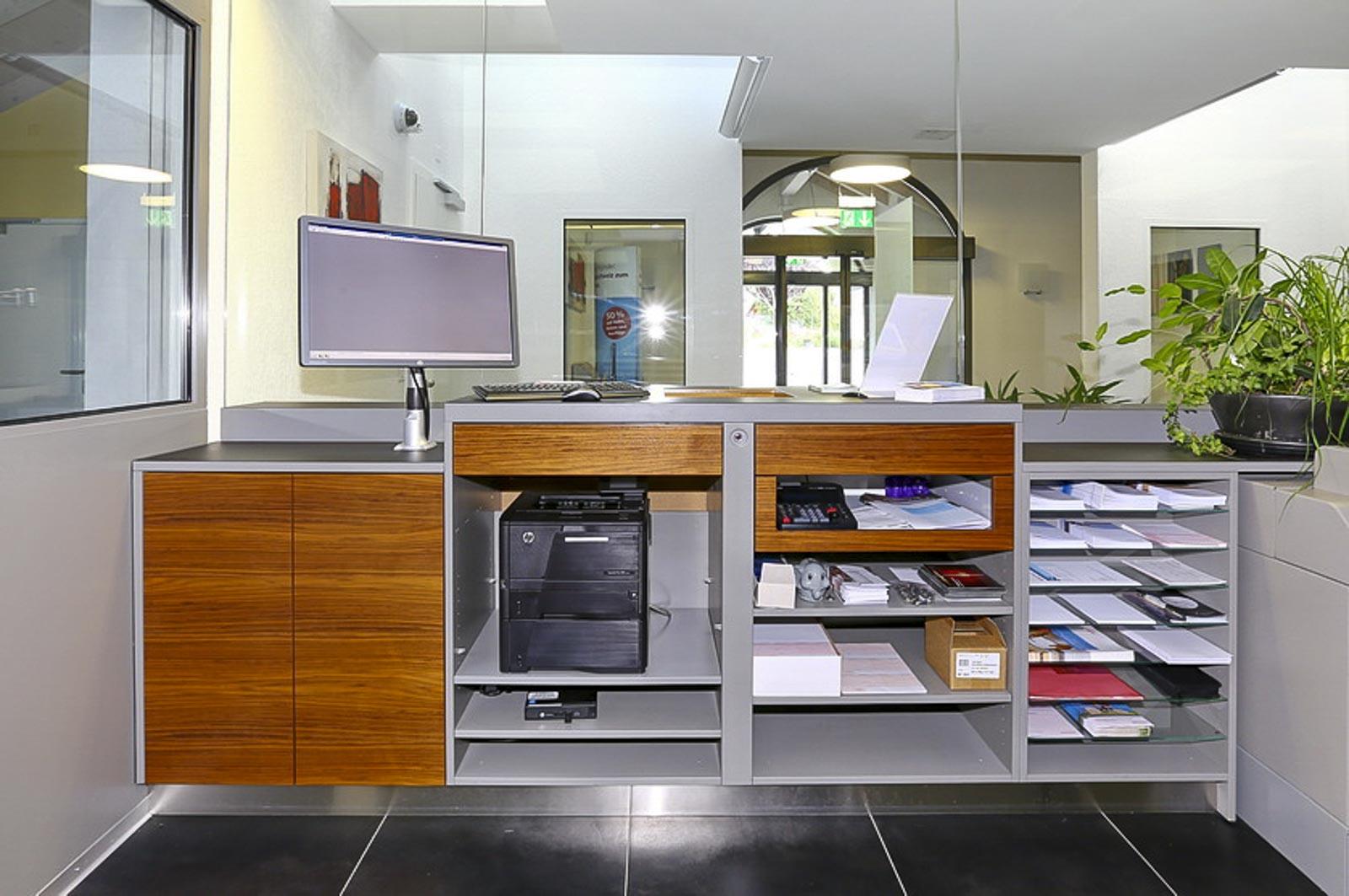 Wooddesign_öffentliche bauten_Schalteranlage_Raiffeisen Rechthalten_Panzerglas (8)