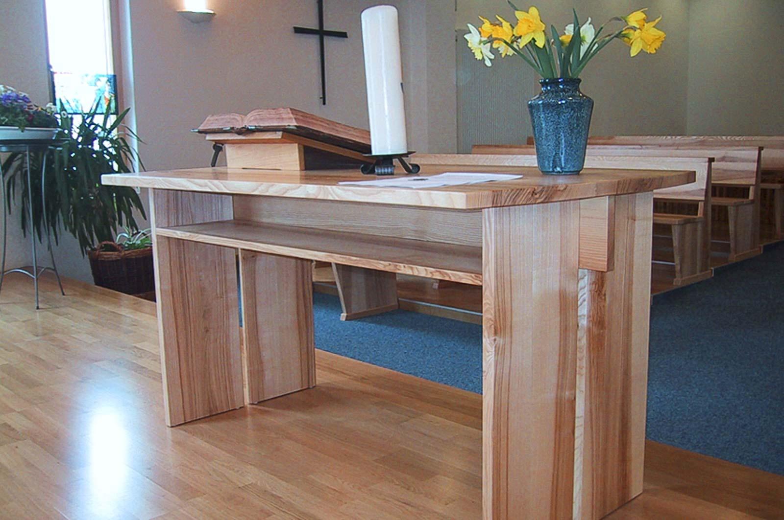 Woodesign_öffentliche Bauten_Kirchenmöbel_Altar_Ambos_Stühle_Kirchgemeine Weissenstein_Massivholz_Esche mit Braunkern (1)