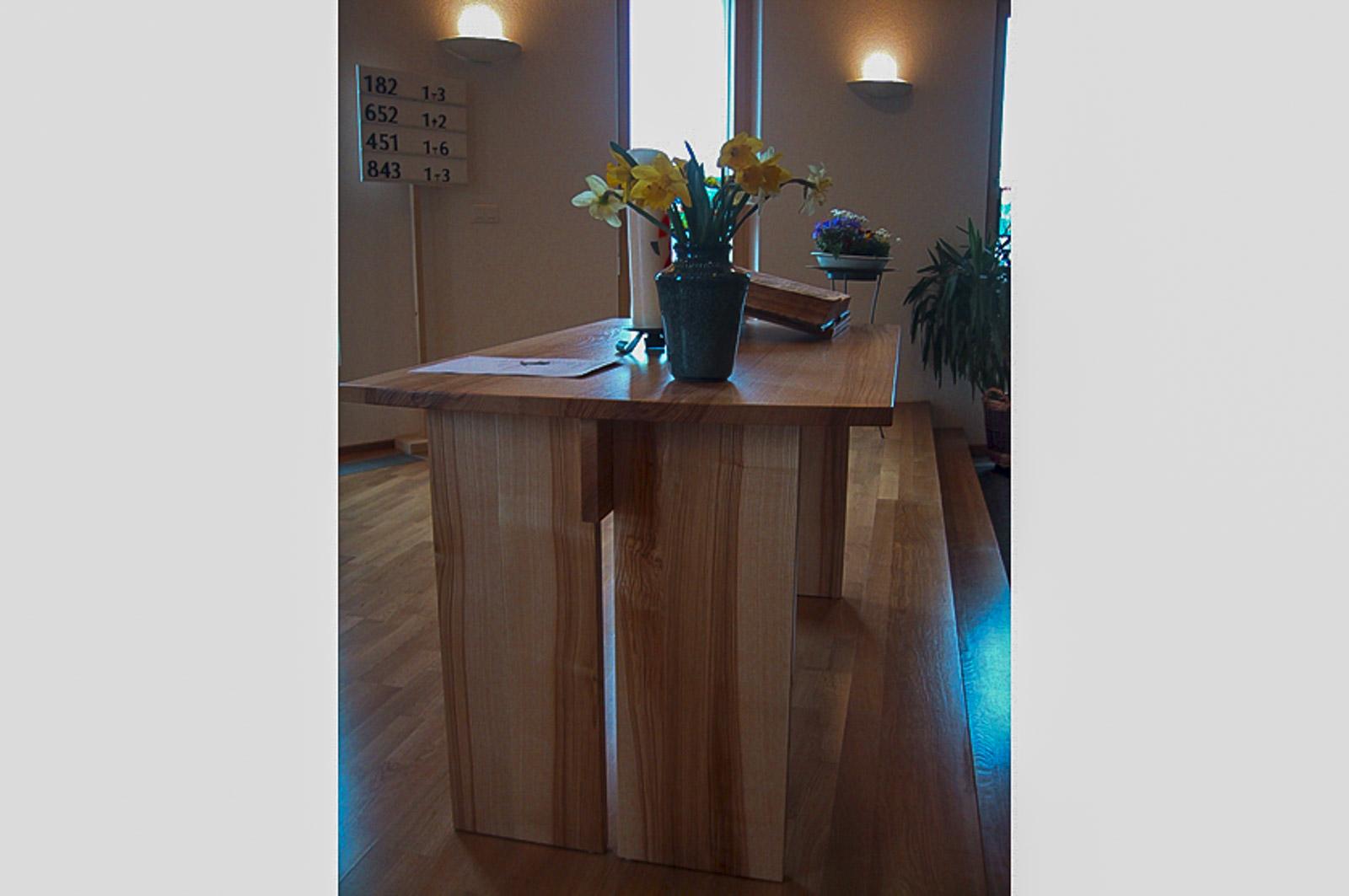 Woodesign_öffentliche Bauten_Kirchenmöbel_Altar_Ambos_Stühle_Kirchgemeine Weissenstein_Massivholz_Esche mit Braunkern (3)