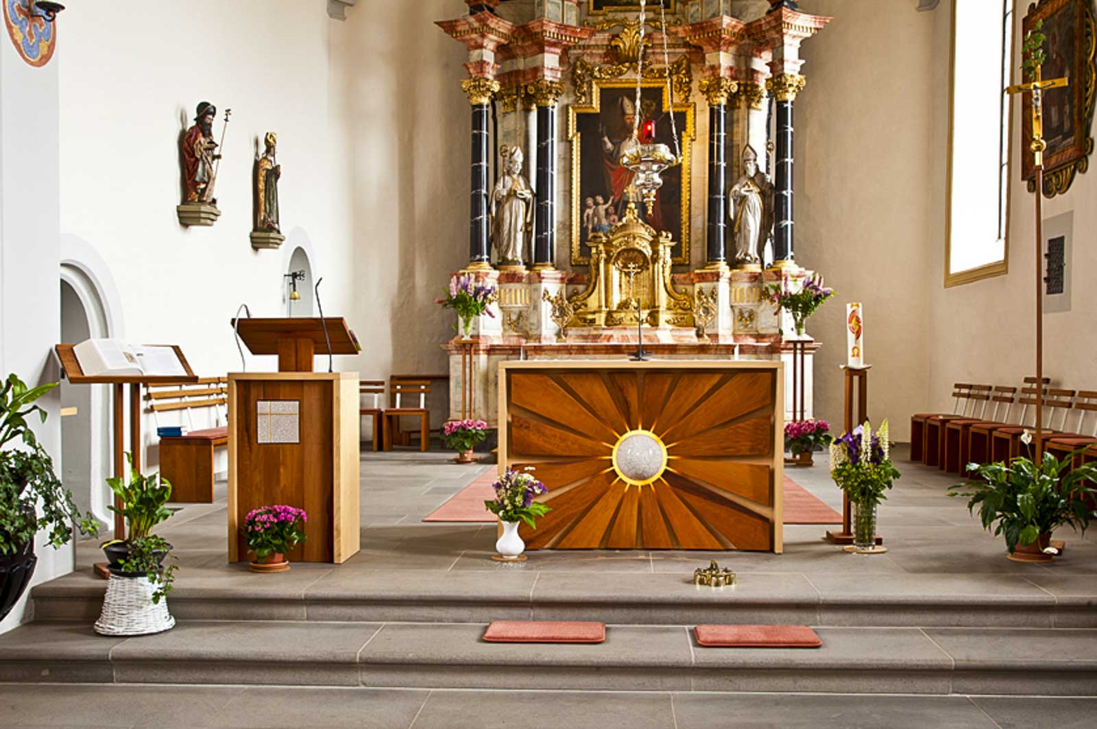 Woodesign_öffentliche Bauten_Kirchenmöbel_Altar_Ambos_Stühle_Osterkerze_Massivholz_Ahorn_Birnbaum_Raku_Kirche Rechthalten (1)