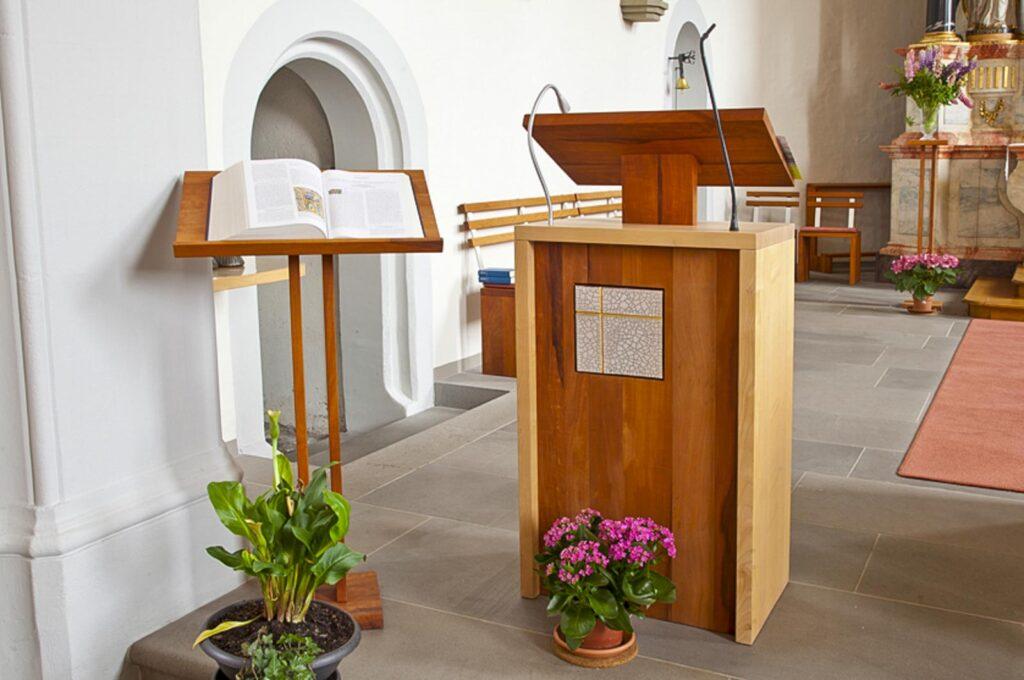 Woodesign_öffentliche Bauten_Kirchenmöbel_Altar_Ambos_Stühle_Osterkerze_Massivholz_Ahorn_Birnbaum_Raku_Kirche Rechthalten (2)