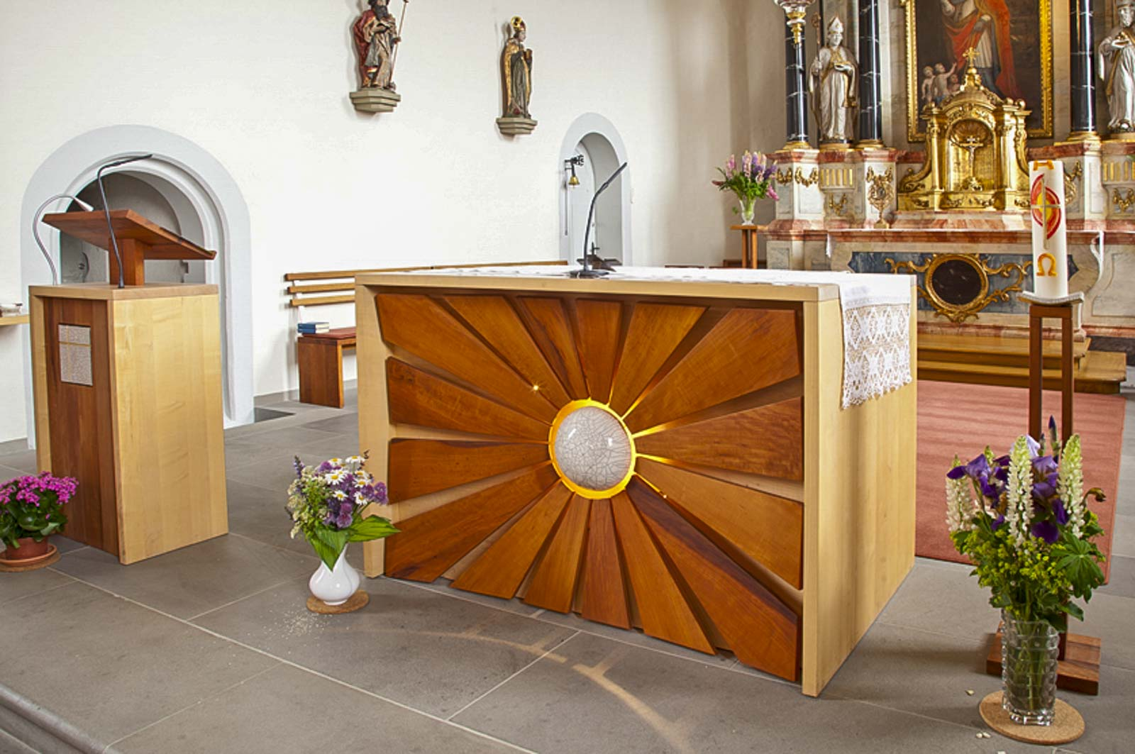 Woodesign_öffentliche Bauten_Kirchenmöbel_Altar_Ambos_Stühle_Osterkerze_Massivholz_Ahorn_Birnbaum_Raku_Kirche Rechthalten (5)