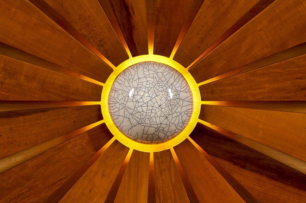 Woodesign_öffentliche Bauten_Kirchenmöbel_Altar_Ambos_Stühle_Osterkerze_Massivholz_Ahorn_Birnbaum_Raku_Kirche Rechthalten (6)