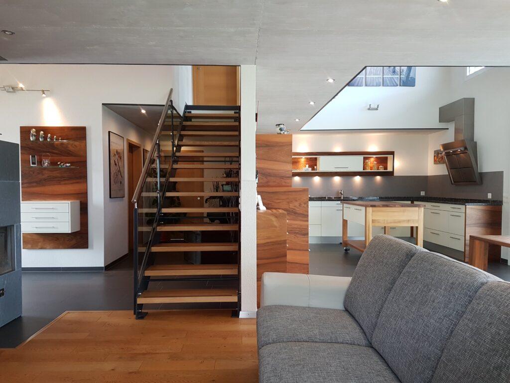 Wooddesign_Realisierte Projekte_Treppen_Teppengeländer weiss_Holztreppen_Treppenverkleidung_modern (3)-min