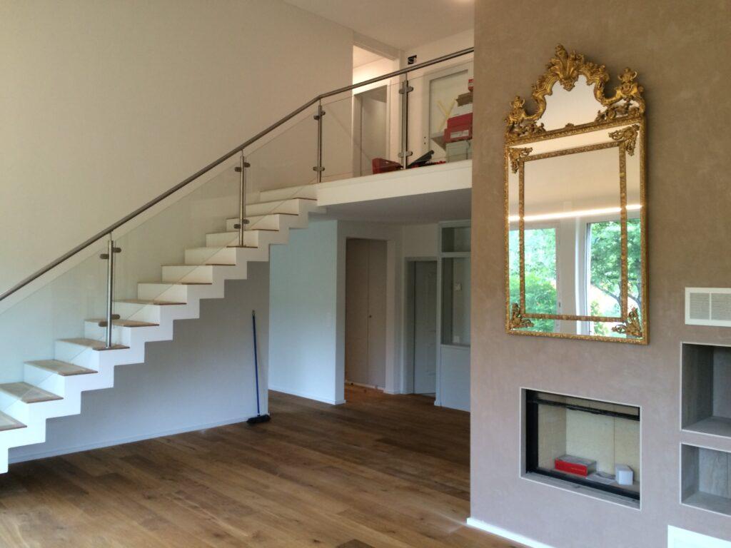 Wooddesign_Treppen_Teppengeländer aus Glas_Holztritte_Treppenverkleidung-min