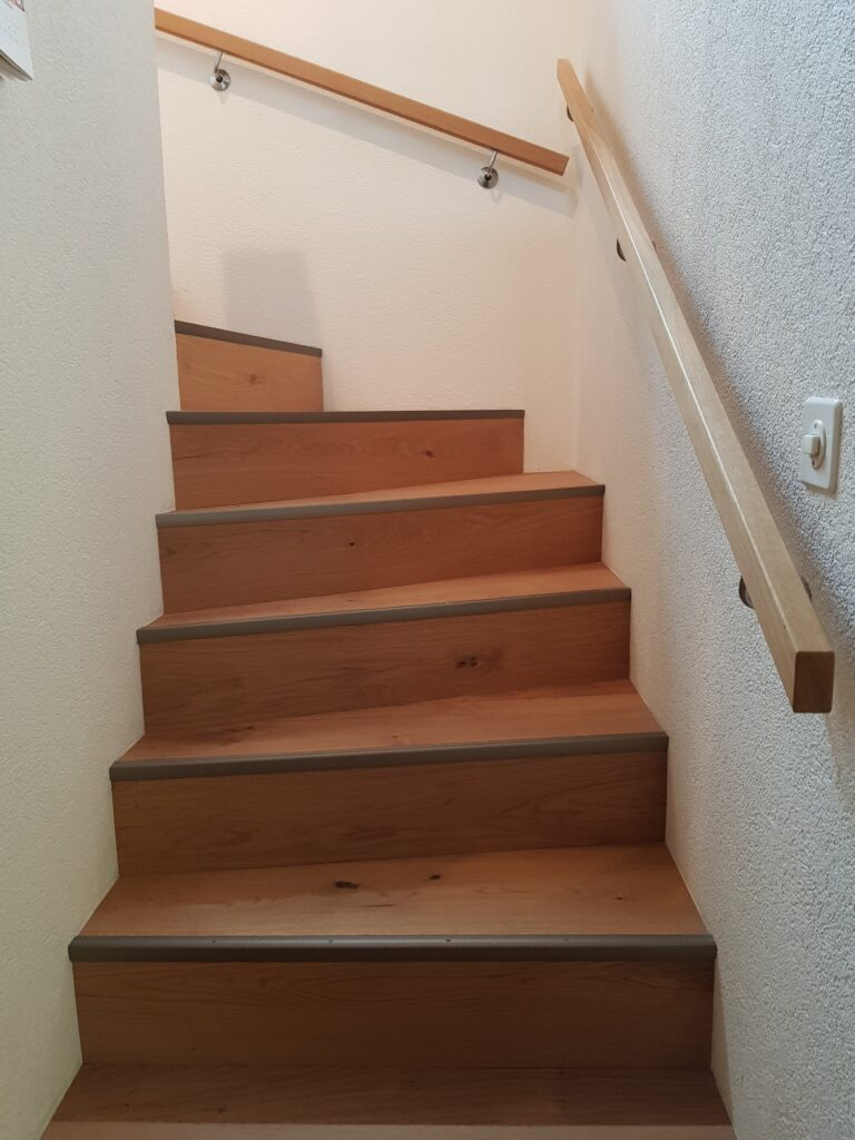 Wooddesign_Treppen_Teppengeländer_Holztreppen_Treppenverkleidung_Handlauf_Parkettverkleidung_Treppenprofil (5)-min