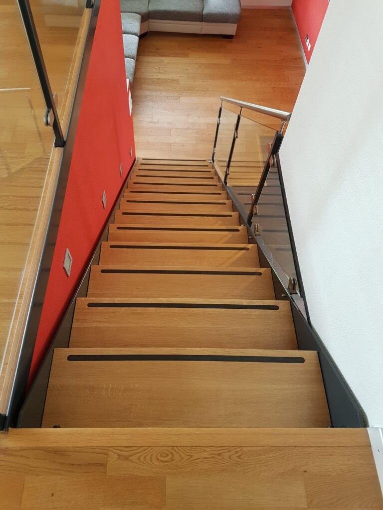 Wooddesign_Treppen_Teppengeländer_Holztreppen_Treppenverkleidung_Stahltreppe mit Holztritte Glasgeländer (2)-min