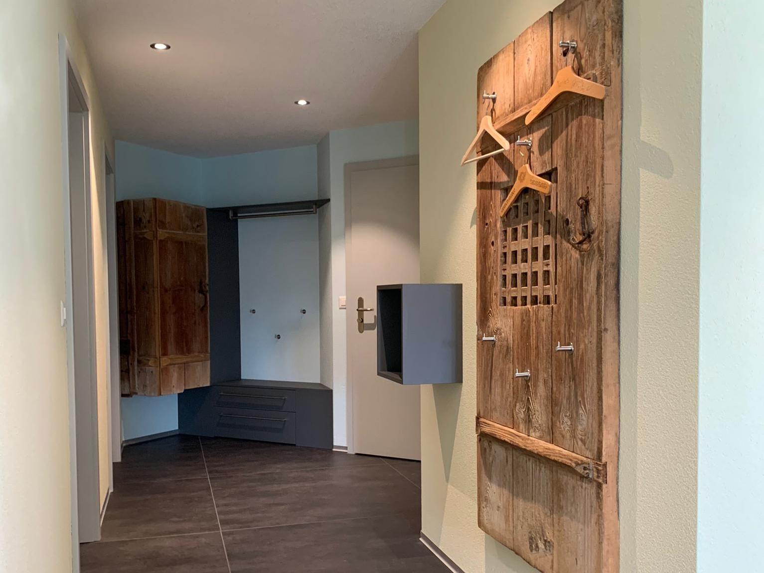 Woodddesign_Holzdesign_Altholz_Garderobe_modern_rustikal_gebürstet_Gästegarderobe (1)-min