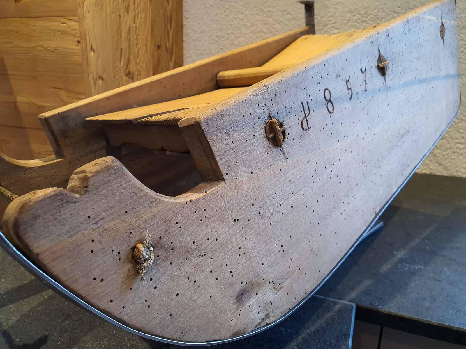 Wooddesign_Holzdesign_Altholz_Schlitten_Salontisch_Glastisch_Schwarzstahl_Holzschlitten (1)