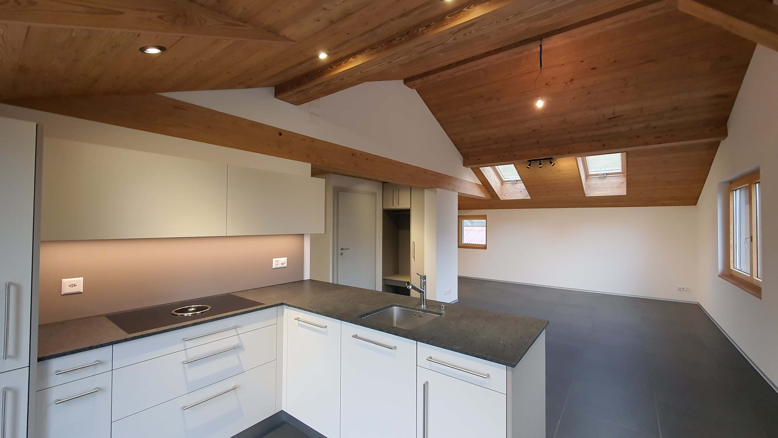 Wooddesign_Holzdesign_Altholz_rustikal_modern Holzdecke_Balkenverkleidung_Wandverkleidung_Wohnungumbau_Ausbau Wohnung (2)-min