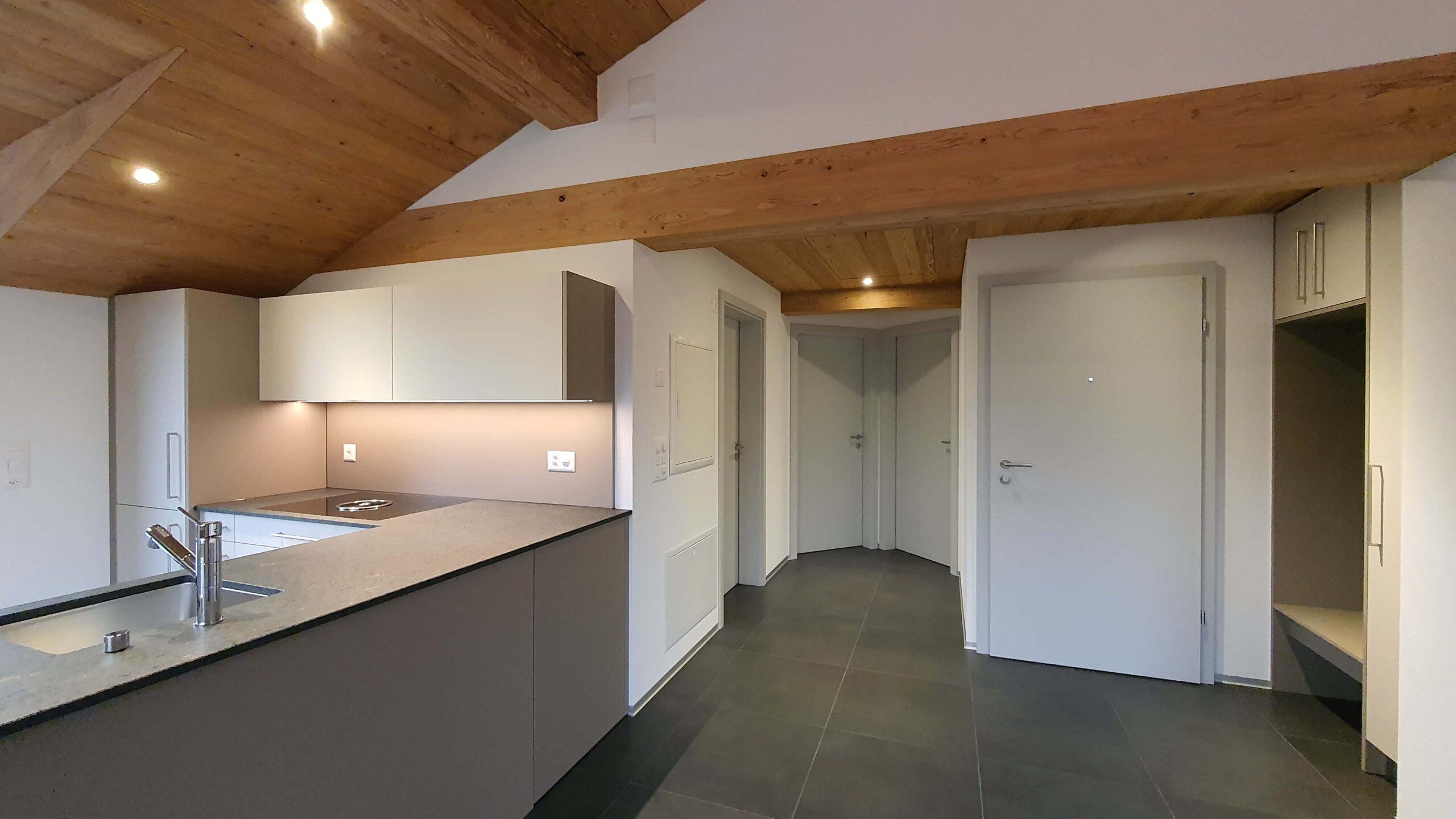 Wooddesign_Holzdesign_Altholz_rustikal_modern Holzdecke_Balkenverkleidung_Wandverkleidung_Wohnungumbau_Ausbau Wohnung (4)-min
