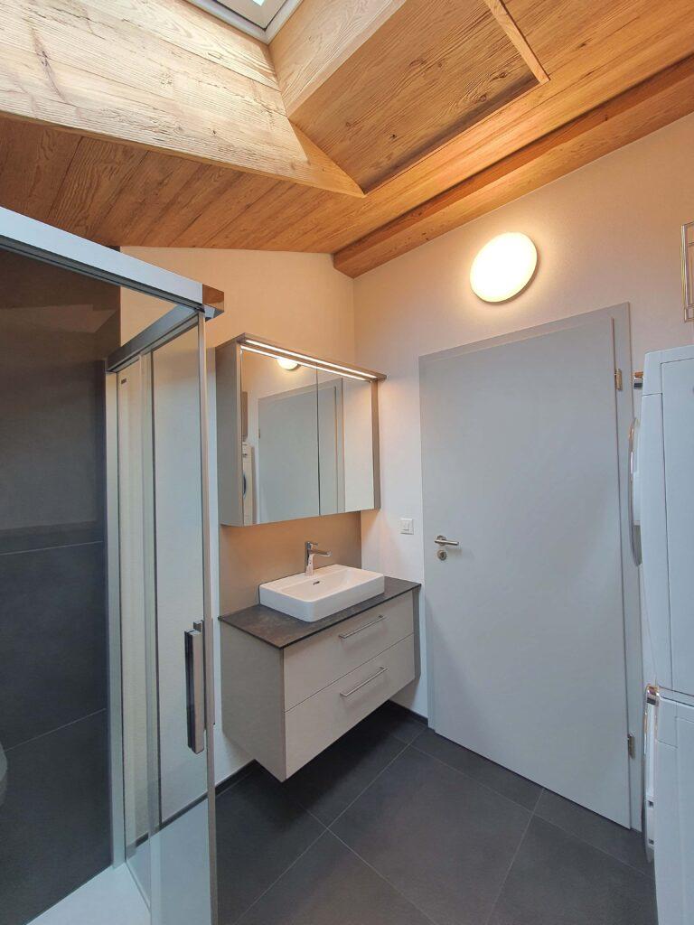 Wooddesign_Holzdesign_Altholz_rustikal_modern Holzdecke_Balkenverkleidung_Wandverkleidung_Wohnungumbau_Ausbau Wohnung (8)-min