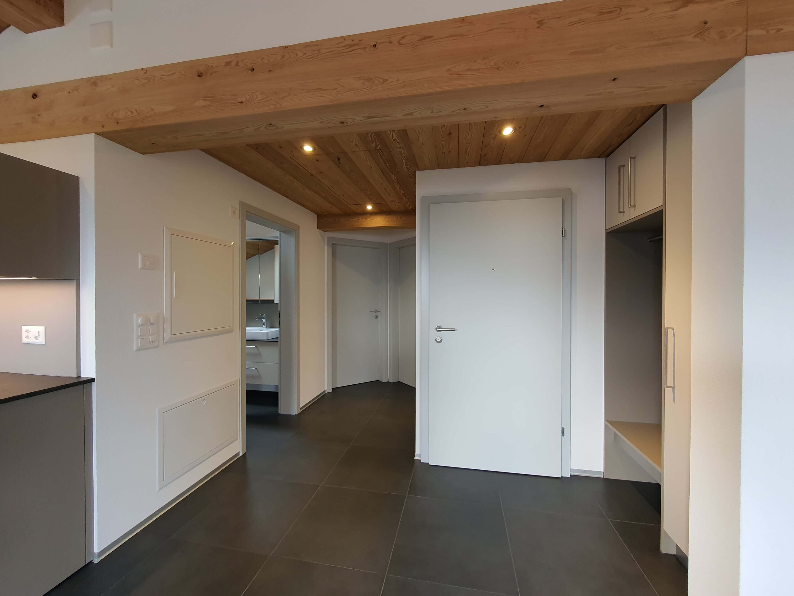 Wooddesign_Holzdesign_Altholz_rustikal_modern Holzdecke_Balkenverkleidung_Wandverkleidung_Wohnungumbau_Ausbau Wohnung (9)-min
