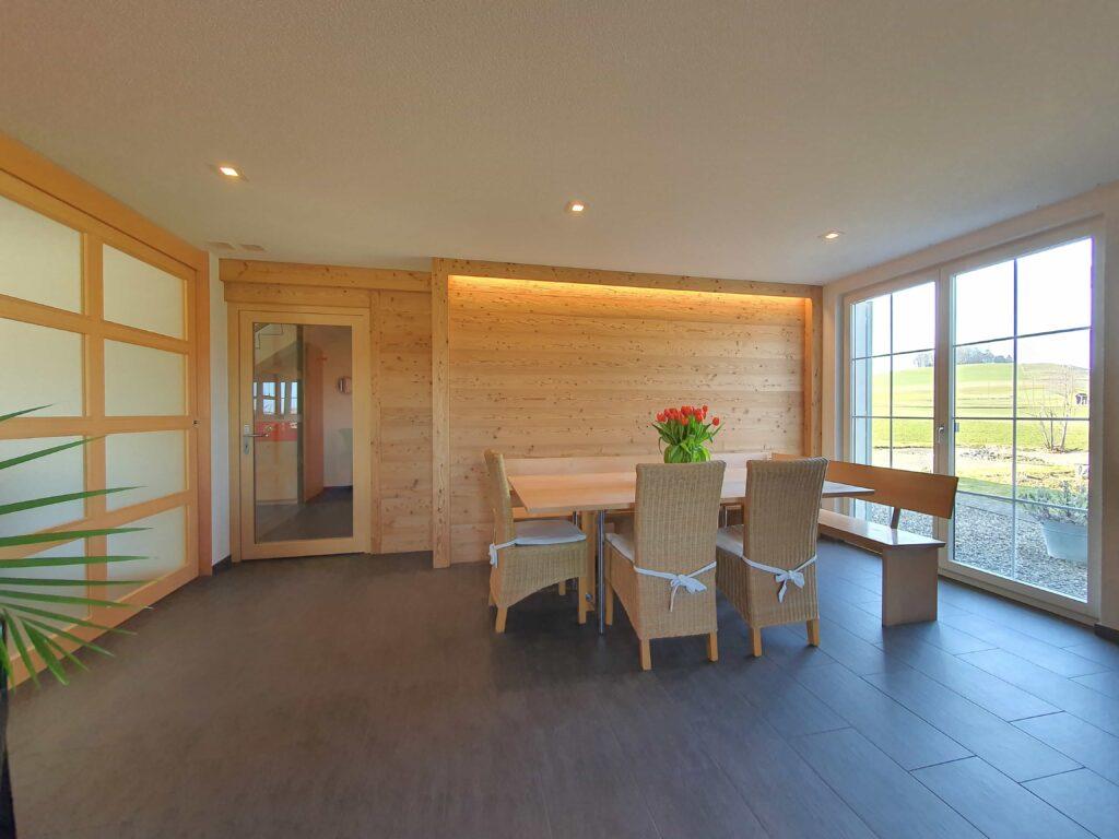 Wooddesign_Holzdesign_Altholz_rustikal_modern _Wandverkleidung_LED-Beleuchtung_Raumtrenner_Essbereich (1)-min