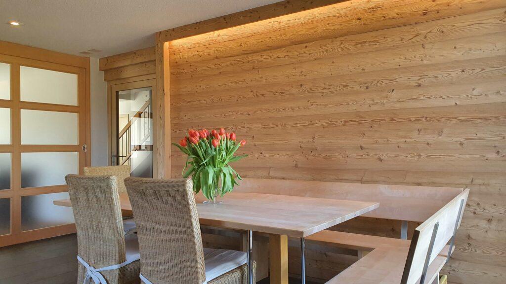 Wooddesign_Holzdesign_Altholz_rustikal_modern _Wandverkleidung_LED-Beleuchtung_Raumtrenner_Essbereich (2)-min