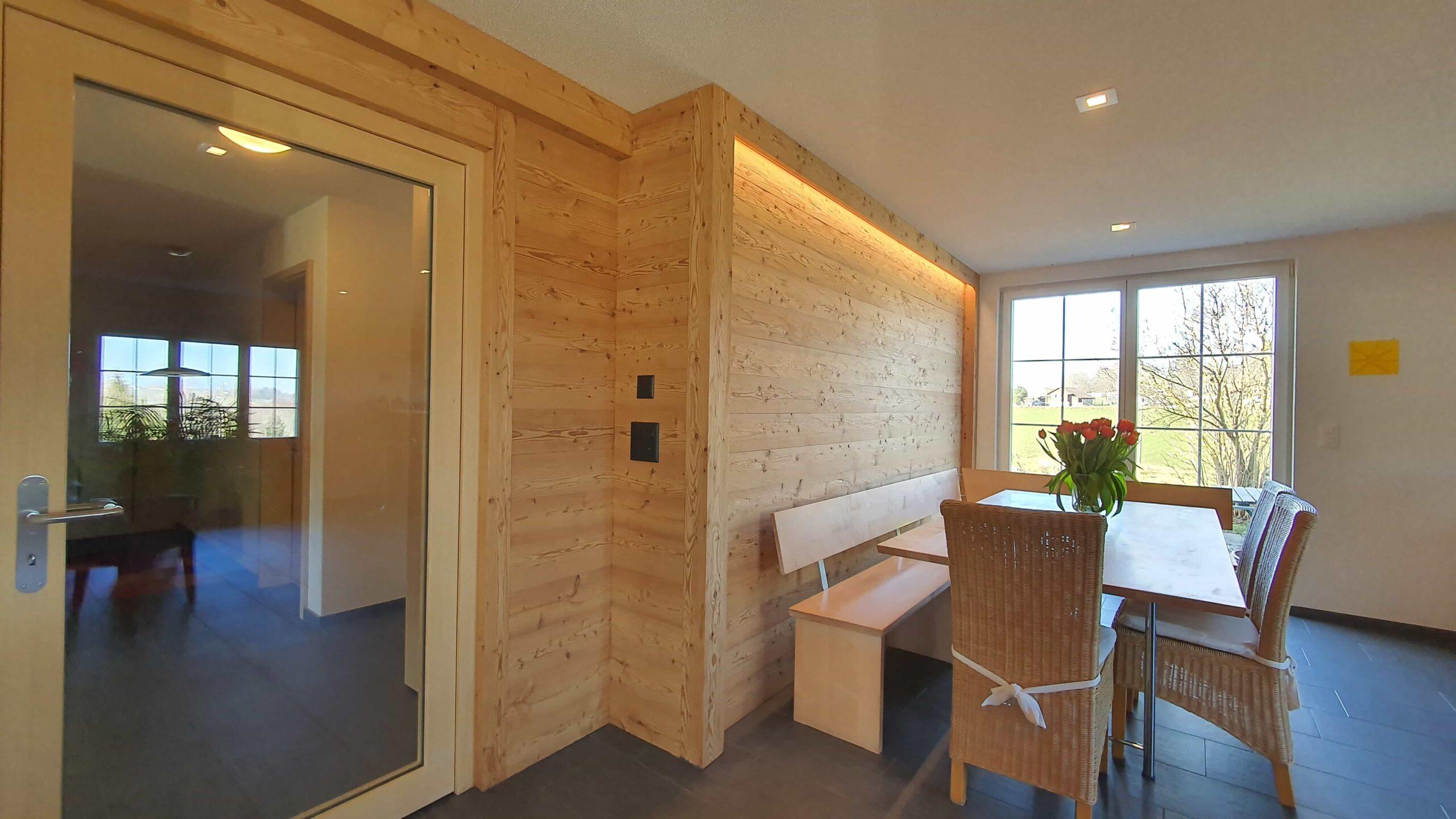 Wooddesign_Holzdesign_Altholz_rustikal_modern _Wandverkleidung_LED-Beleuchtung_Raumtrenner_Essbereich (3)-min