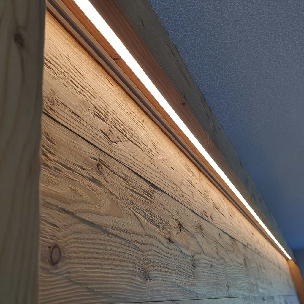 Wooddesign_Holzdesign_Altholz_rustikal_modern _Wandverkleidung_LED-Beleuchtung_Raumtrenner_Essbereich (5)-min
