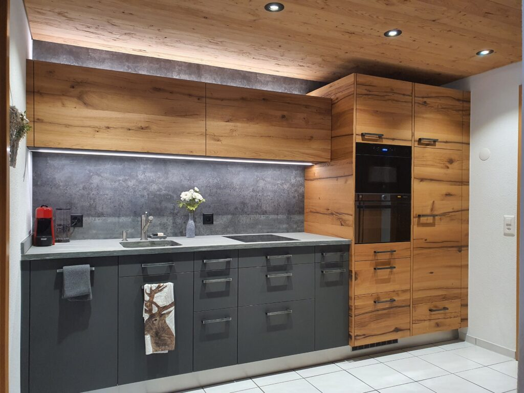 Wooddesign_Holzdesign_Küche aus Altholz_Eiche Altholz_modern_rustikal_LED-Beleuchtung_Ferienwohnung_anthrazit_Altholzdecke (1)