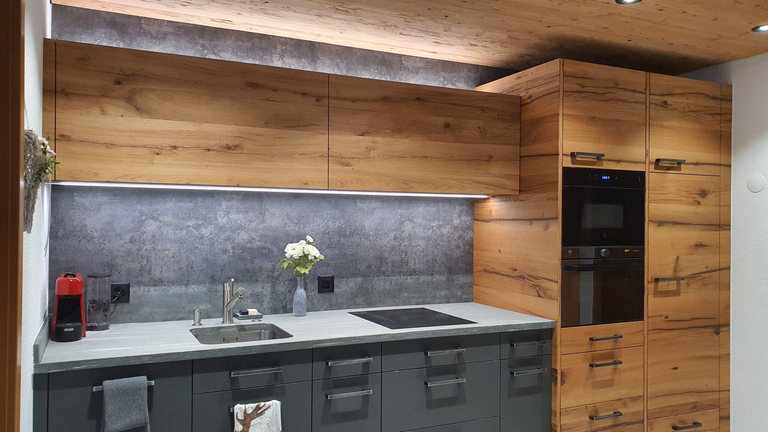 Wooddesign_Holzdesign_Küche aus Altholz_Eiche Altholz_modern_rustikal_LED-Beleuchtung_Ferienwohnung_anthrazit_Altholzdecke (2)
