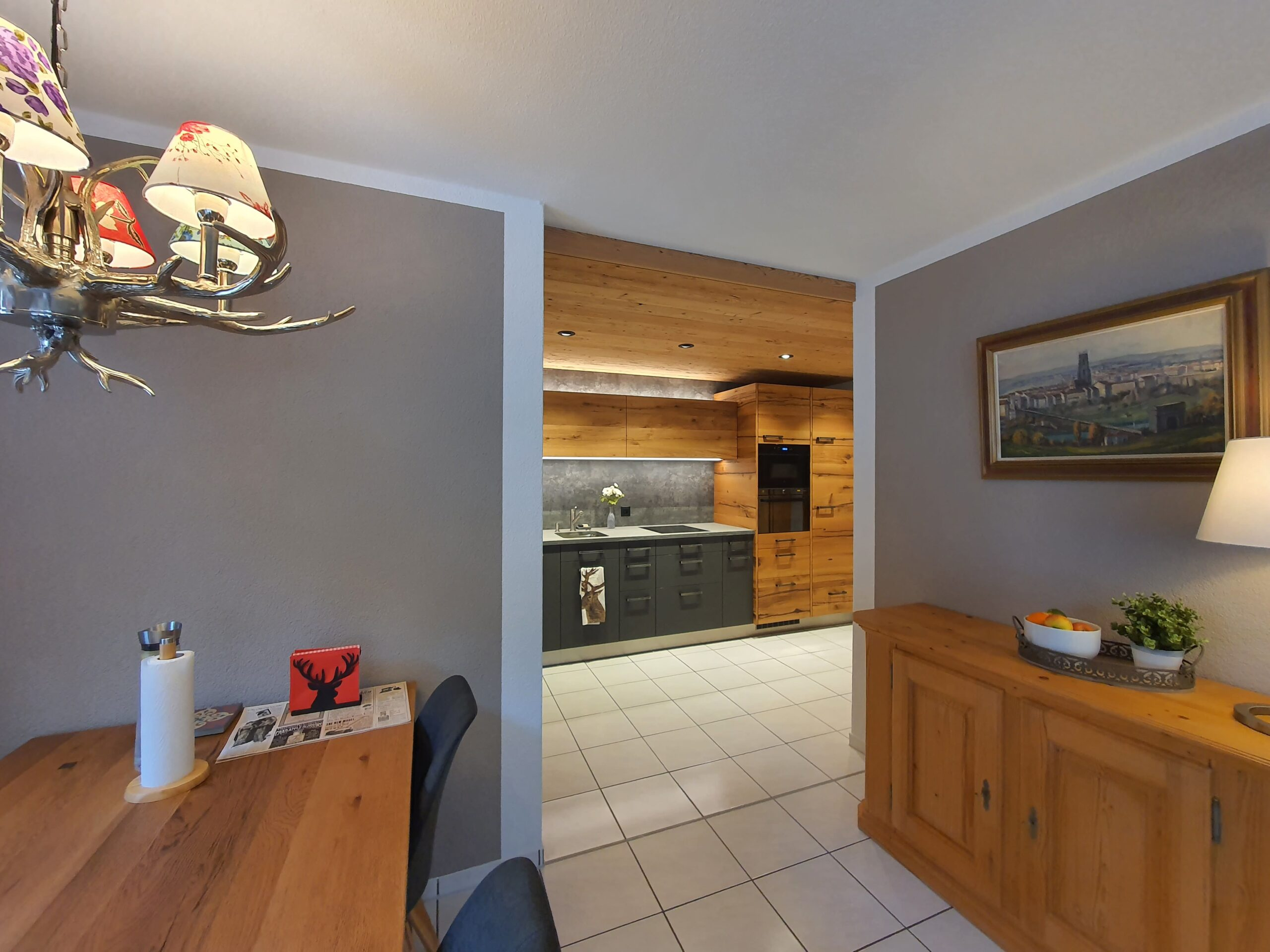 Wooddesign_Holzdesign_Küche aus Altholz_Eiche Altholz_modern_rustikal_LED-Beleuchtung_Ferienwohnung_anthrazit_Altholzdecke (3)
