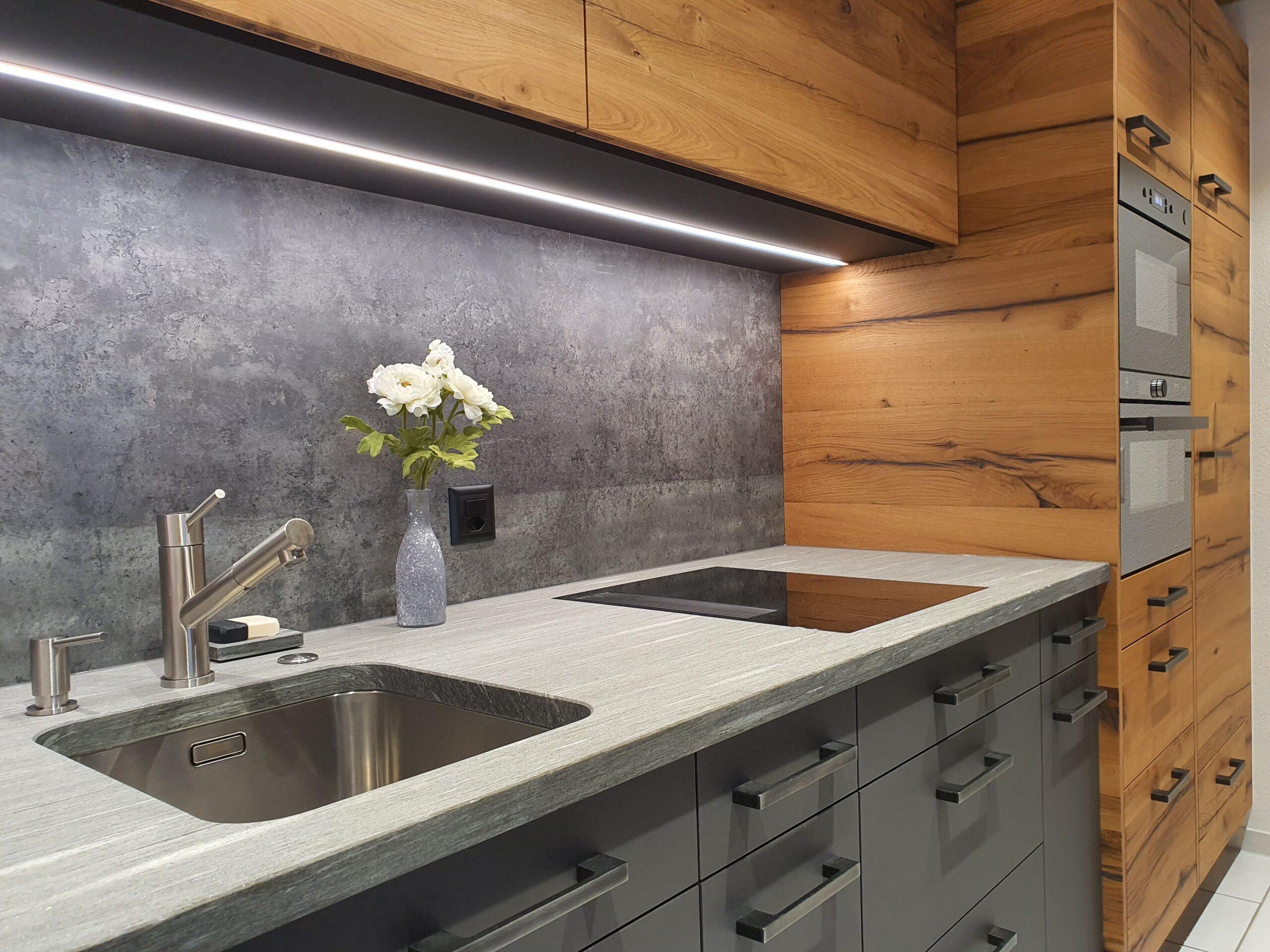 Wooddesign_Holzdesign_Küche aus Altholz_Eiche Altholz_modern_rustikal_LED-Beleuchtung_Ferienwohnung_anthrazit_Altholzdecke (4)