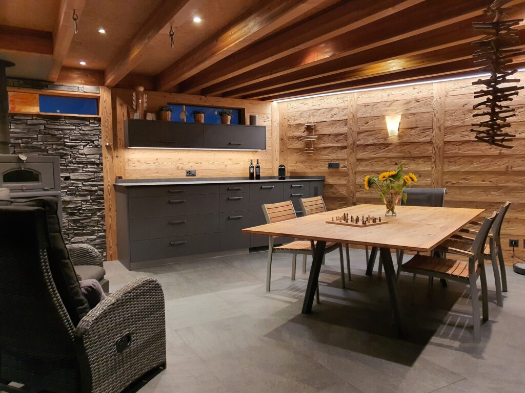 Wooddesign_Holzdesign_Pergola_Outdoor-Küche_Altholz_modern_rustikal_Pizzaofen_Steinwand_LED-Beleuchtung_Outdoor-Sessel_Esstisch (1)