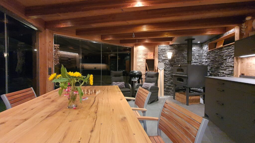 Wooddesign_Holzdesign_Pergola_Outdoor-Küche_Altholz_modern_rustikal_Pizzaofen_Steinwand_LED-Beleuchtung_Outdoor-Sessel_Esstisch (3)