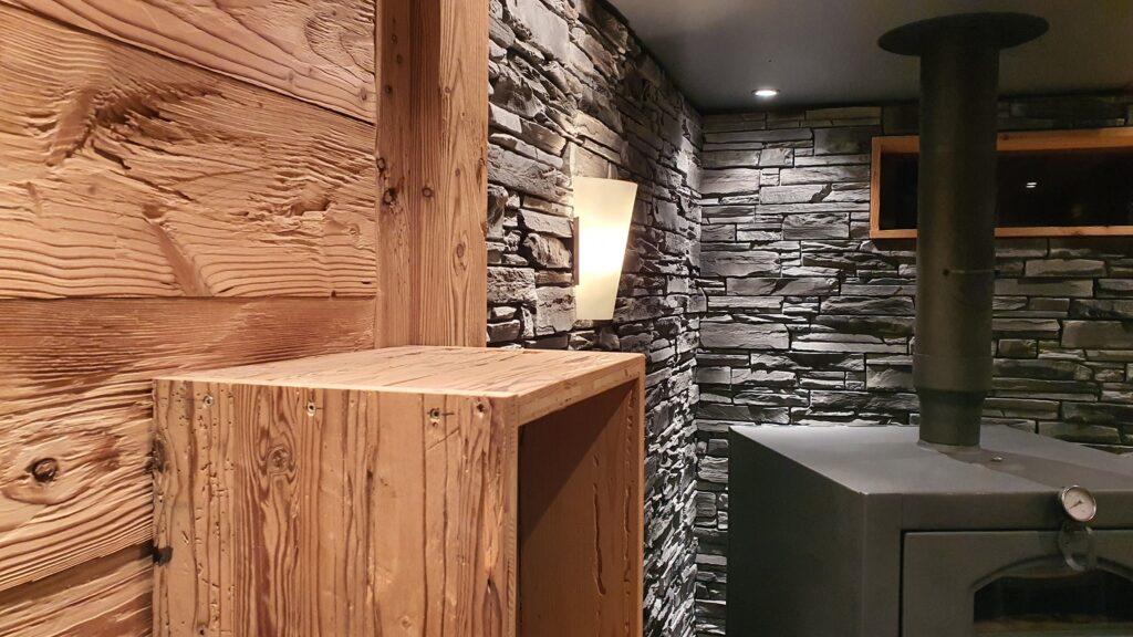 Wooddesign_Holzdesign_Pergola_Outdoor-Küche_Altholz_modern_rustikal_Pizzaofen_Steinwand_LED-Beleuchtung_Outdoor-Sessel_Esstisch (6)