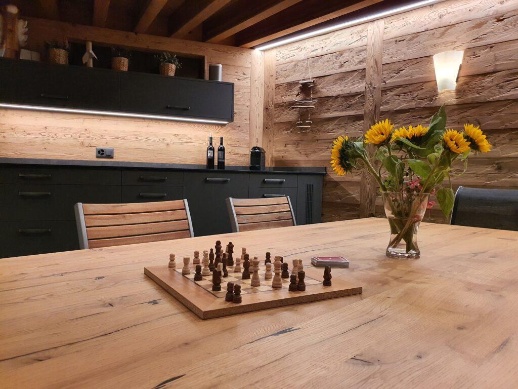Wooddesign_Holzdesign_Pergola_Outdoor-Küche_Altholz_modern_rustikal_Pizzaofen_Steinwand_LED-Beleuchtung_Outdoor-Sessel_Esstisch (7)
