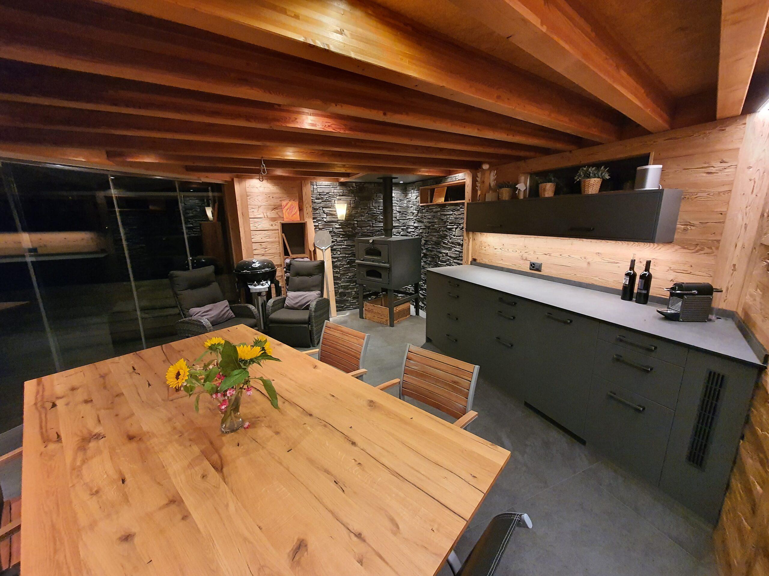 Wooddesign_Holzdesign_Pergola_Outdoor-Küche_Altholz_modern_rustikal_Pizzaofen_Steinwand_LED-Beleuchtung_Outdoor-Sessel_Esstisch (8)
